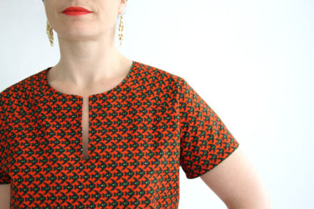 I AM Patterns - patron couture blouse robe Jain rouge detail encolure