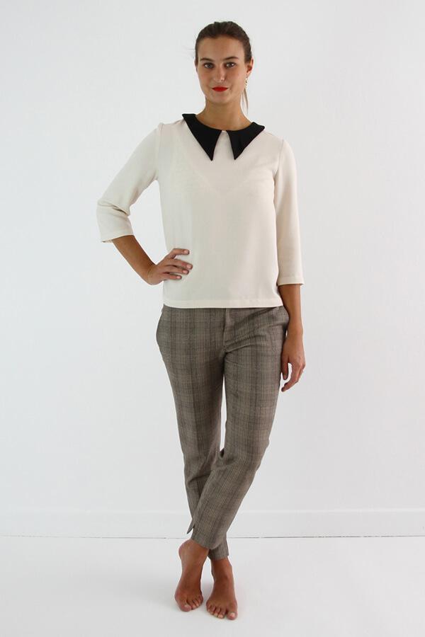I AM Patterns - patron de couture chemisier Luna patte de boutonnage dos vue devant jambes croisées