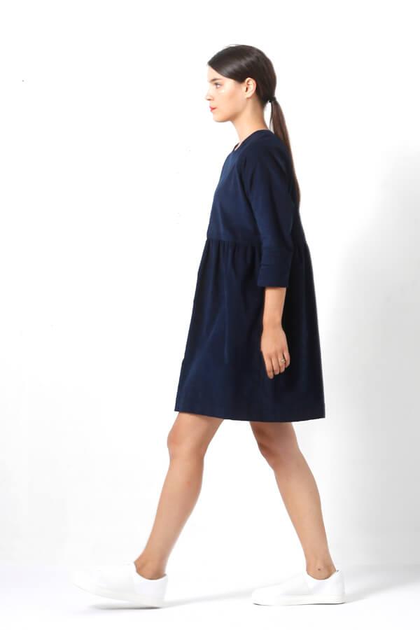 I AM Patterns -Robe Cassiopée - patron de couture - Robe froncée manches chauves souris bleue velours milleraie profil