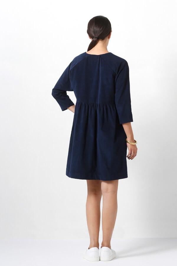 I AM Patterns -Robe Cassiopée - patron de couture - Robe froncée manches chauves souris bleue velours milleraie dos