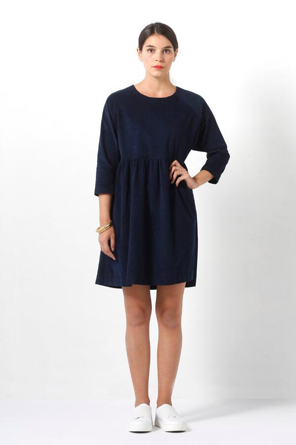 I AM Patterns -Robe Cassiopée - patron de couture - Robe froncée manches chauves souris bleue velours milleraie devant