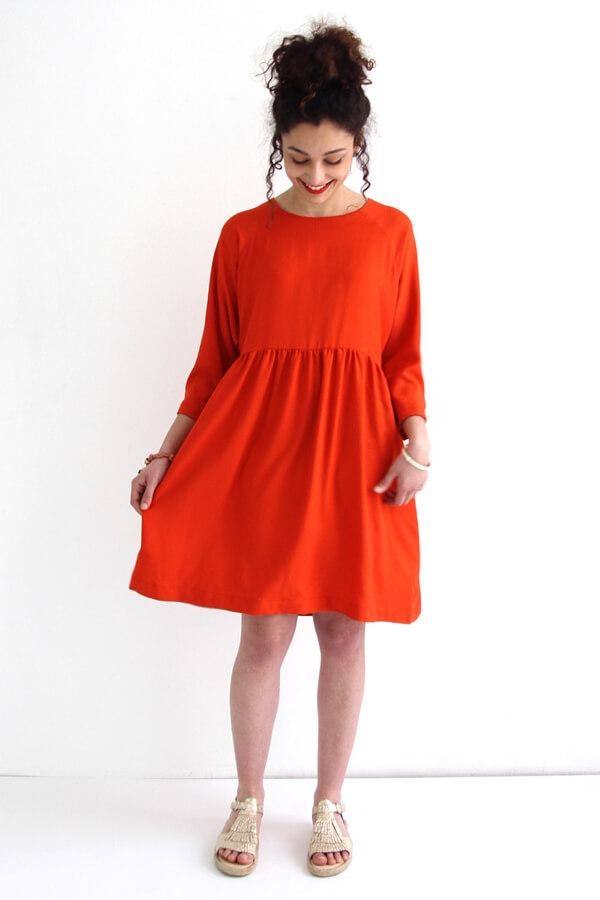 I AM Patterns -Robe Cassiopée - patron de couture - Robe froncée manches chauves souris rouge de face jupe ouverte