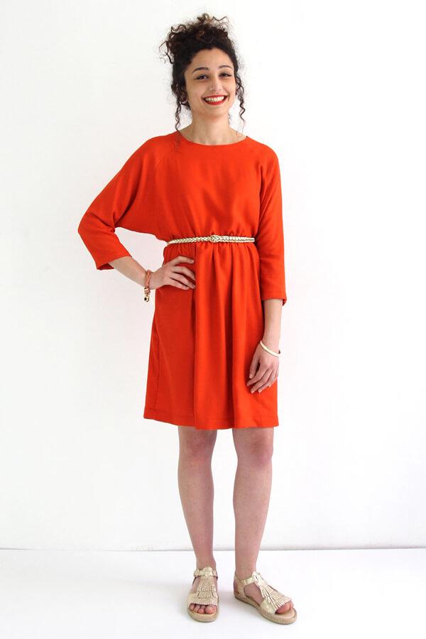 I AM Patterns -Robe Cassiopée - patron de couture - Robe froncée manches chauves souris rouge ceinturée
