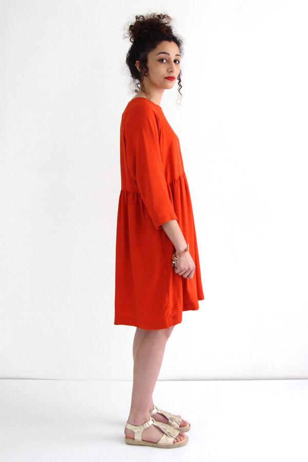 I AM Patterns -Robe Cassiopée - patron de couture - Robe froncée manches chauves souris rouge de profil