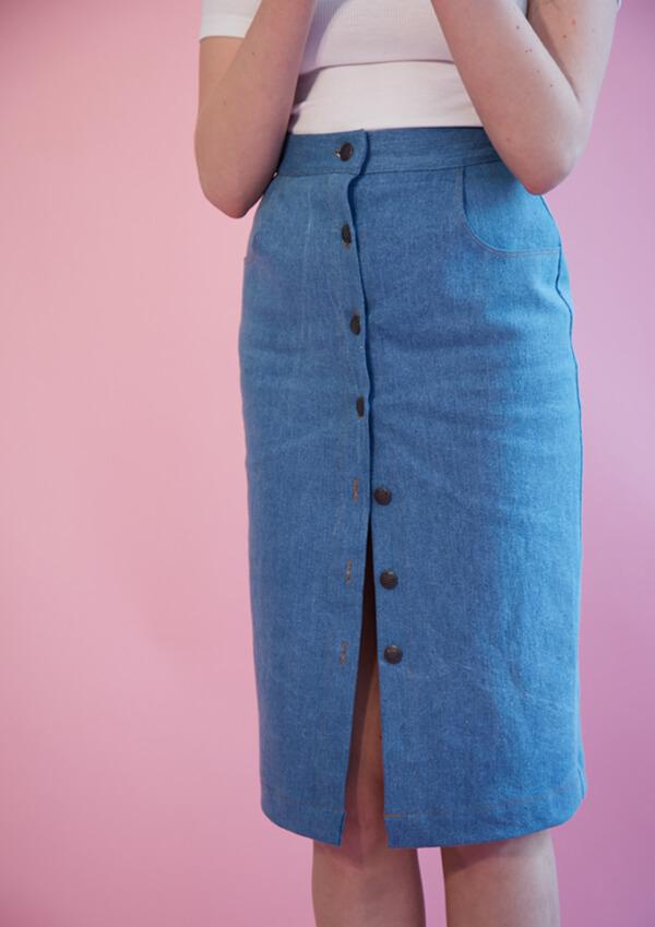 I AM Patterns patron de couture jupe droite en jean Romeo devant zoom fond rose