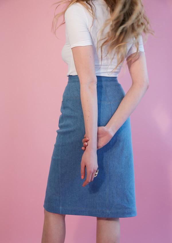 I AM Patterns patron de couture jupe droite en jean Romeo dos zoom fond rose