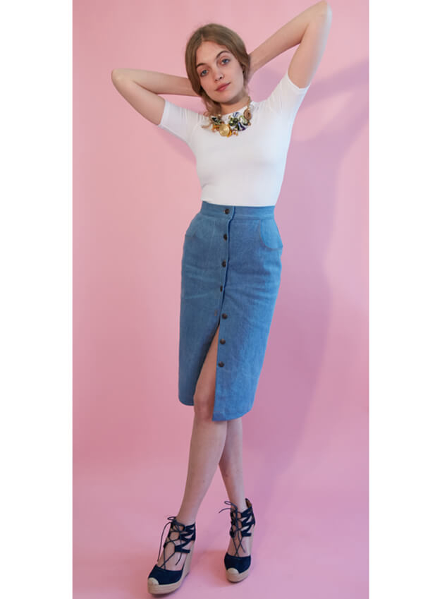 I AM Patterns patron de couture jupe droite en jean Romeo devant fond rose