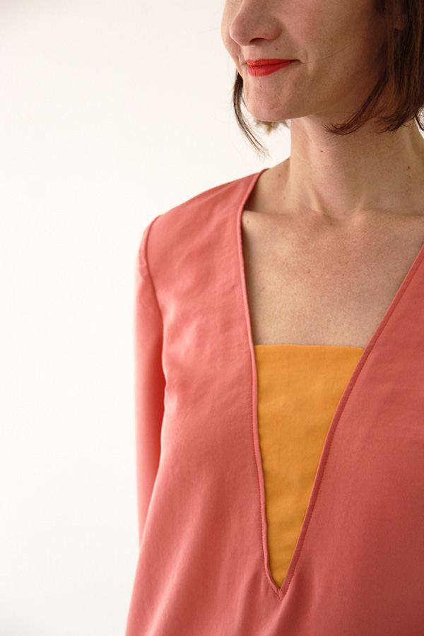 I AM Patterns - Sewing pattern Flora blouse - angle zoom neckline