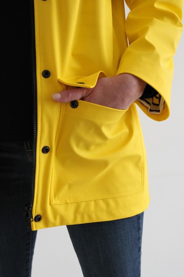 I AM Patterns Jacques Patron Couture Cire Jaune Classique Manteau Pluie Detail Main Poche
