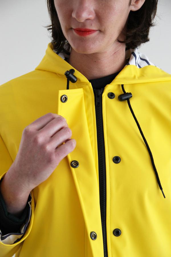 I AM Patterns Jacques Patron Couture Cire Jaune Classique Manteau Pluie Detail Patte Boutonnage Ouverte