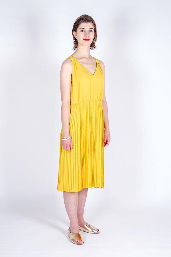 I AM Patterns Variante Patron Couture Gratuite Gaia Robe Plisee Jaune De Profil