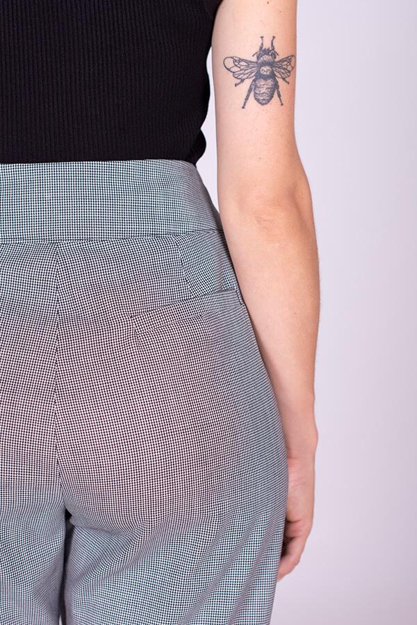 I AM Patterns Patron Couture Panoramix Pantalon gris à plis détail poche passepoilée