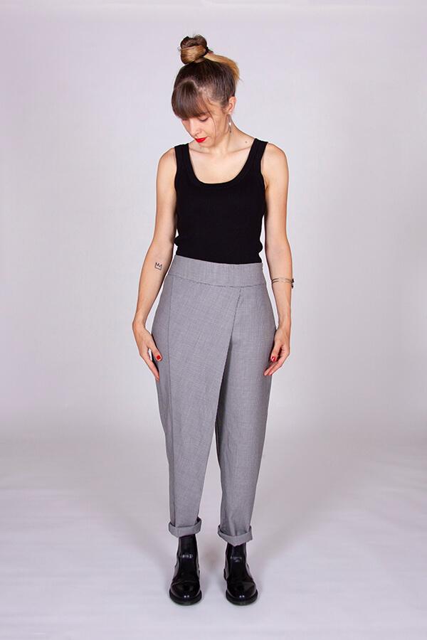I AM Patterns Patron Couture Panoramix Pantalon gris à plis devant