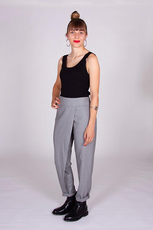 I AM Patterns Patron Couture Panoramix Pantalon gris à plis profil