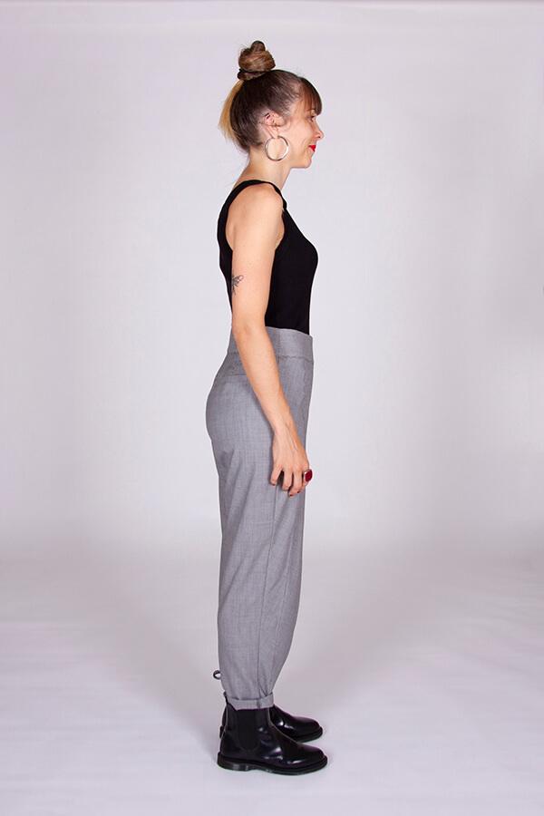 I AM Patterns Patron Couture Panoramix Pantalon gris à plis profil droit