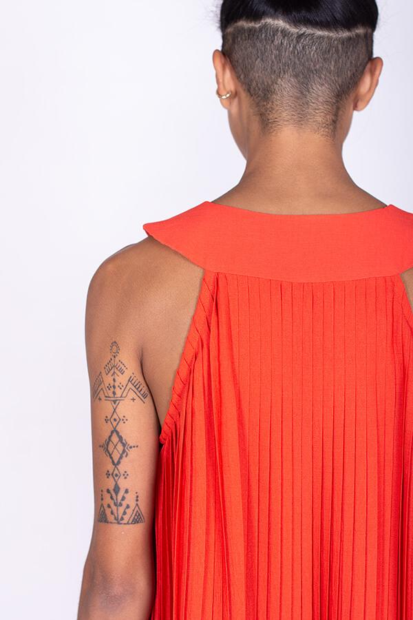 I AM Patterns Robe Plissée Tissu Plissé Rouge Stragier dos